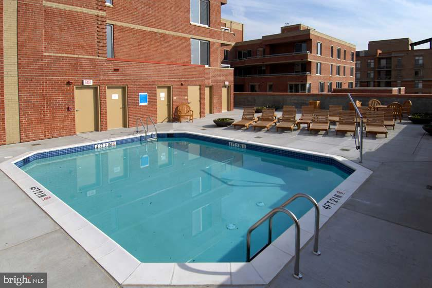 Outdoor Pool - 1020 N HIGHLAND ST #223, ARLINGTON