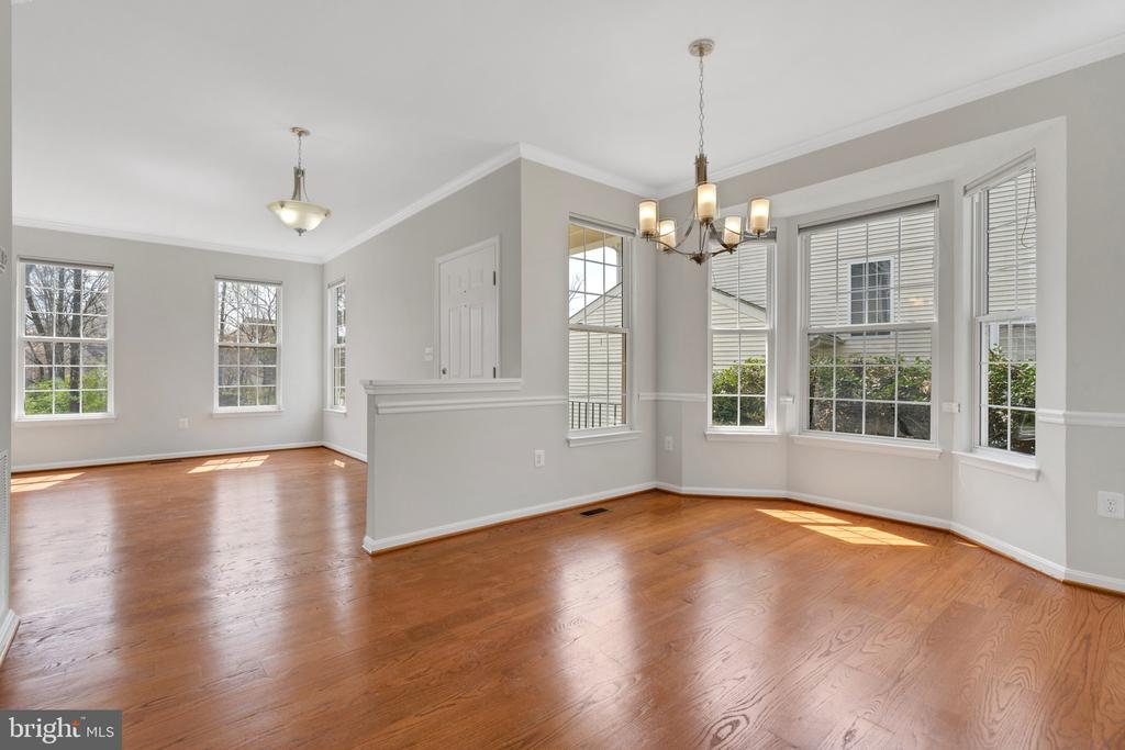 Dining area with chandelier - 43446 RANDFIELD LN, CHANTILLY
