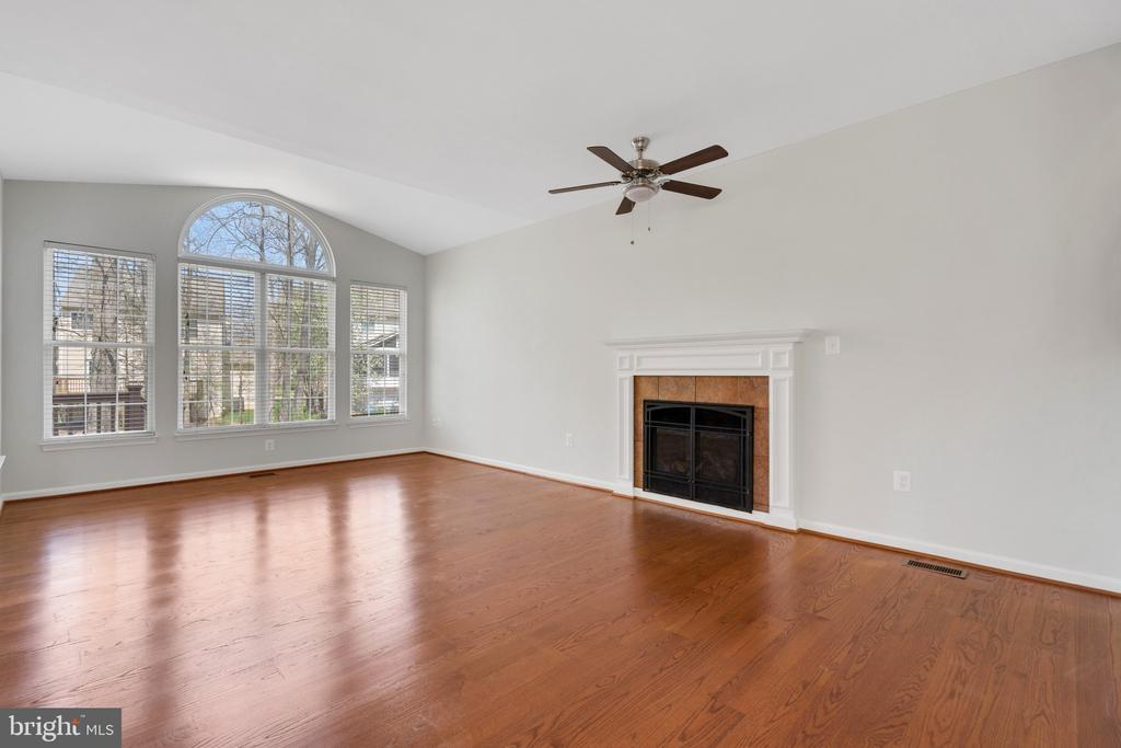 Family room ceiling fan and gas fireplace - 43446 RANDFIELD LN, CHANTILLY