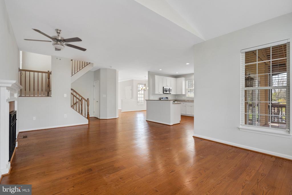 Oak banisters and hardwood floors - 43446 RANDFIELD LN, CHANTILLY