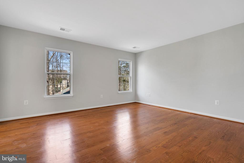 Lots of windows and a walk in closet - 43446 RANDFIELD LN, CHANTILLY
