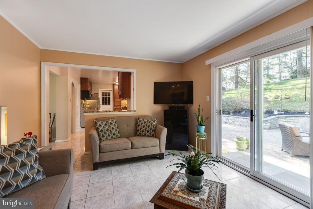 Family room slider leads to outdoor space - 10 LODGE PL, ROCKVILLE