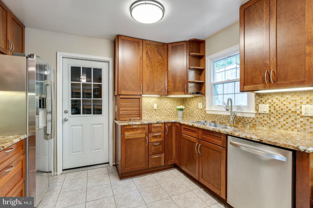 Granite counter kitchen w/ tile backsplash - 10 LODGE PL, ROCKVILLE