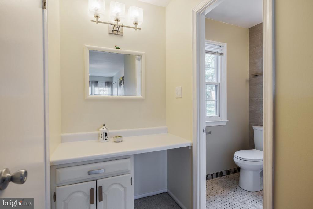 Dressing area vanity - 10 LODGE PL, ROCKVILLE