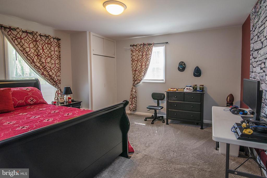 Plenty of light in secondary bedroom - 463 HARTWOOD RD, FREDERICKSBURG