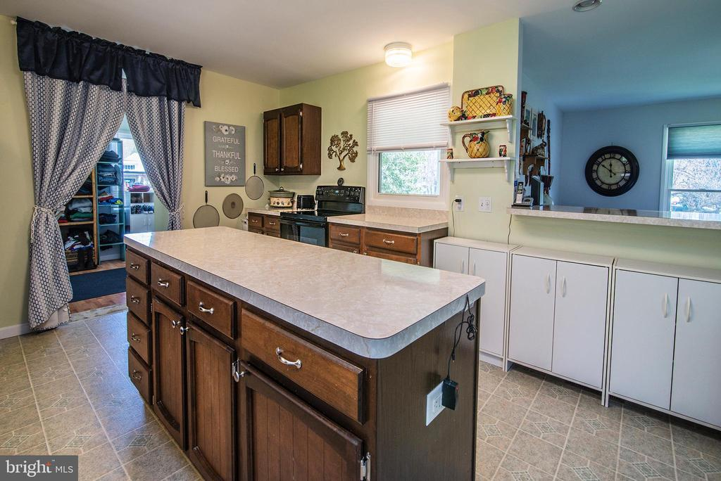 Counter bar between kitchen and family room. - 463 HARTWOOD RD, FREDERICKSBURG