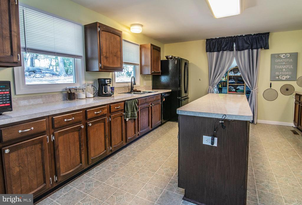 17 x 13  kitchen with loads of counter space. - 463 HARTWOOD RD, FREDERICKSBURG