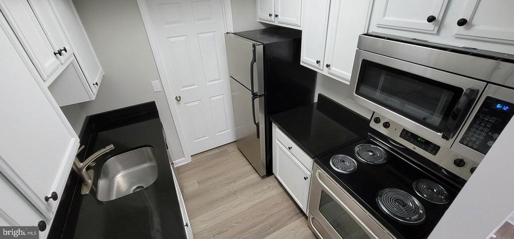 Kitchen.2 - NEW Microwave & cooktop Heating Coils - 14905 RYDELL RD #204, CENTREVILLE