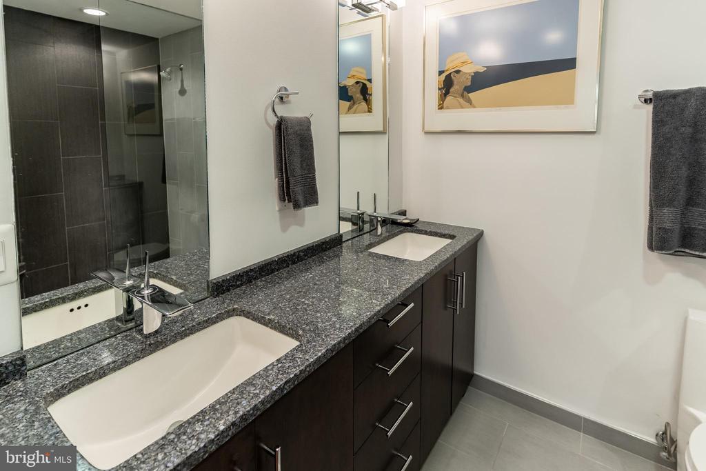 Double vanity - 1530 KEY BLVD #128, ARLINGTON