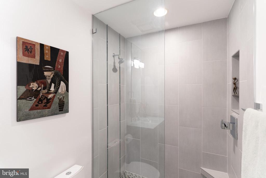 Guest Shower - 1530 KEY BLVD #128, ARLINGTON