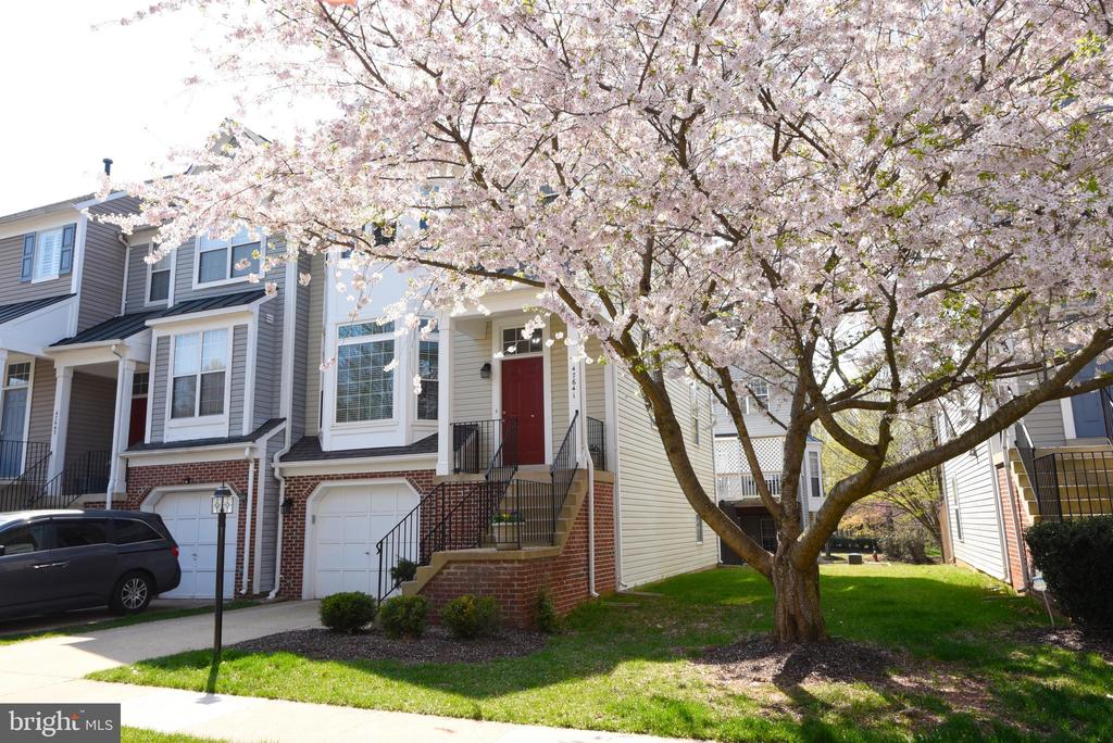 End Unit Town Home with Side Yard. - 47641 WEATHERBURN TER, STERLING