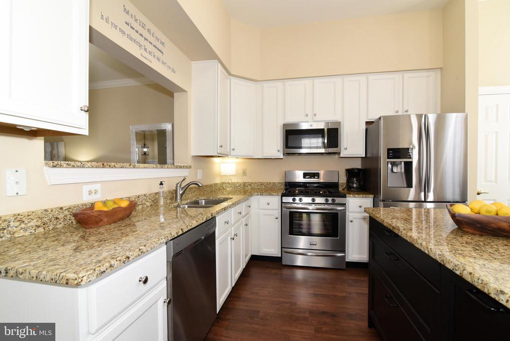 Kitchen w/Granite, Stainless Steel Appliances. - 47641 WEATHERBURN TER, STERLING