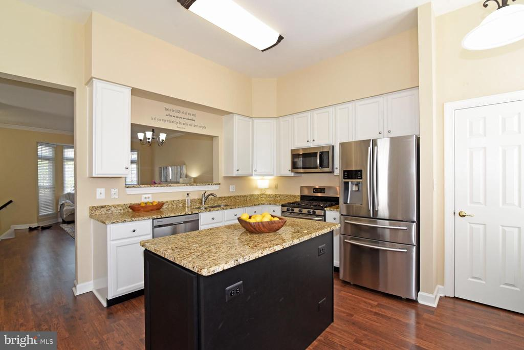 Kitchen with Center Island. - 47641 WEATHERBURN TER, STERLING