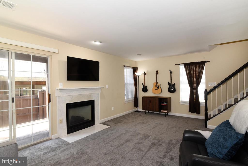 Lower Level with Glass Door to Patio. - 47641 WEATHERBURN TER, STERLING