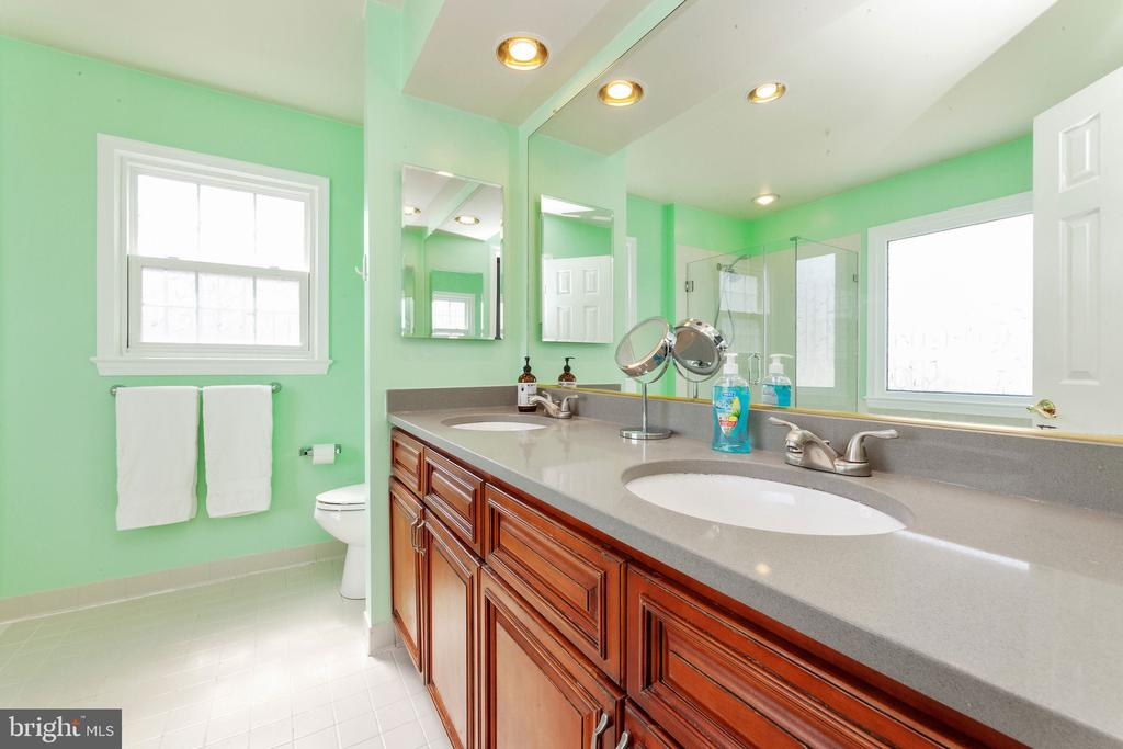 Master bath, updated cabinets - 6407 BRASS BUTTON CT, CENTREVILLE