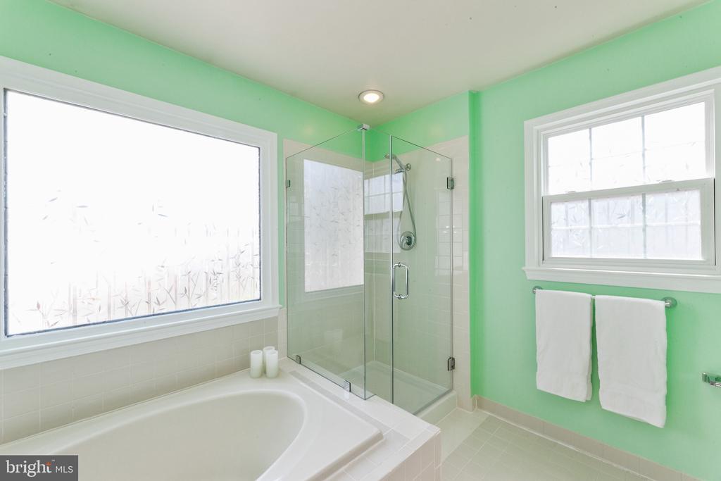 Master bath - 6407 BRASS BUTTON CT, CENTREVILLE