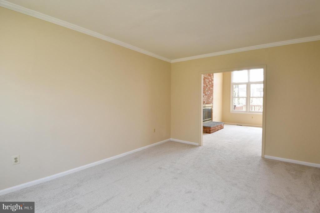 Living room - 5316 DUNLEIGH DR, BURKE