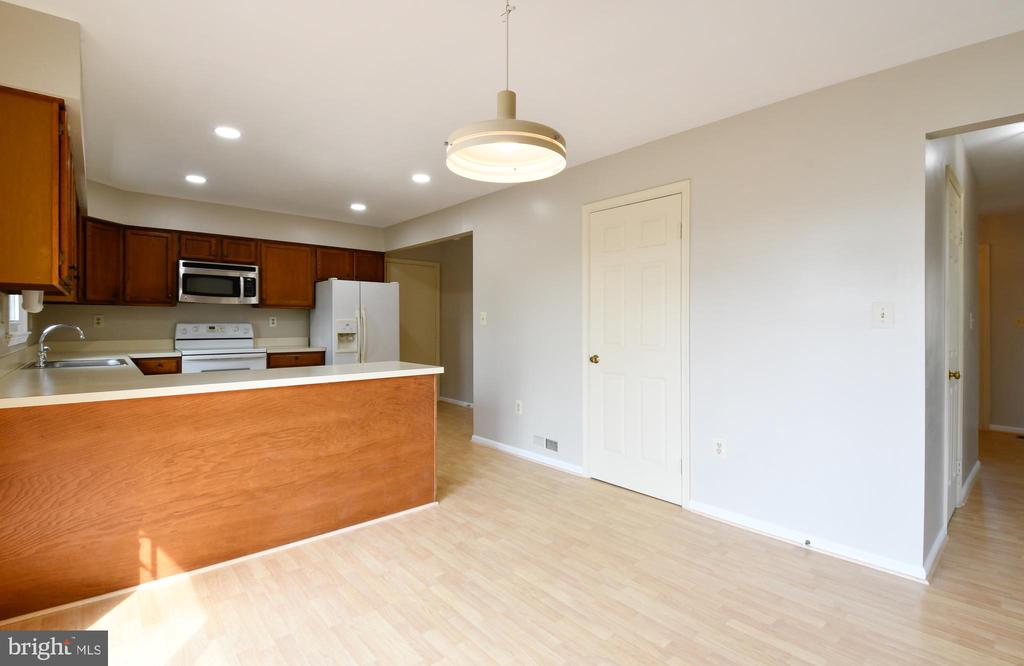 Generous sized kitchen - 5316 DUNLEIGH DR, BURKE
