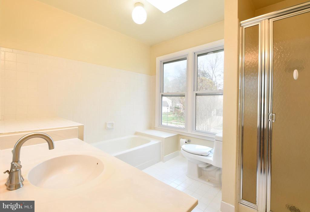Master bath with separate shower - 5316 DUNLEIGH DR, BURKE