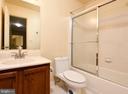 full hallway bath - 5316 DUNLEIGH DR, BURKE