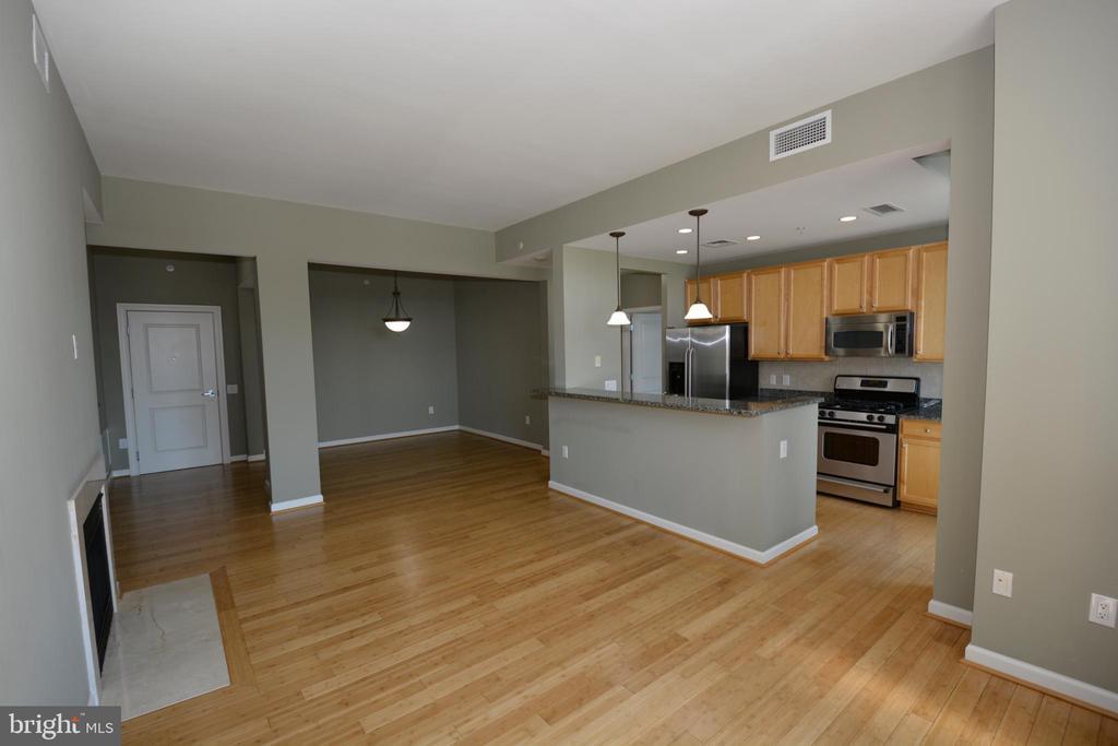Livingroom towards foyer - 1830 FOUNTAIN DR #1206, RESTON