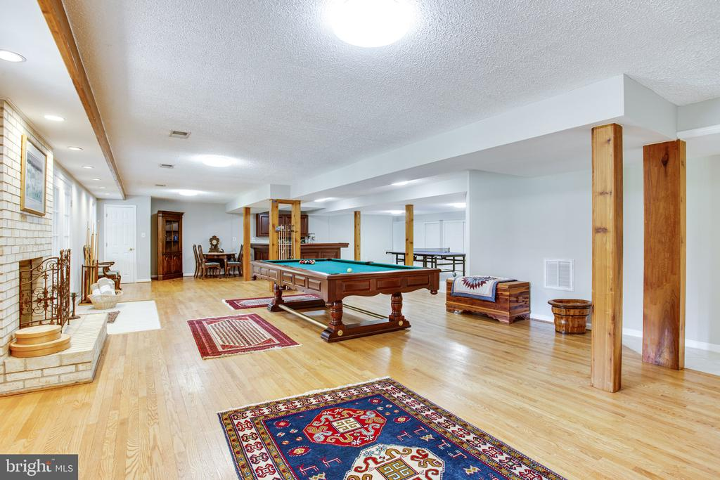 Spacious lower level with wood-burning fireplace - 847 WHANN AVE, MCLEAN