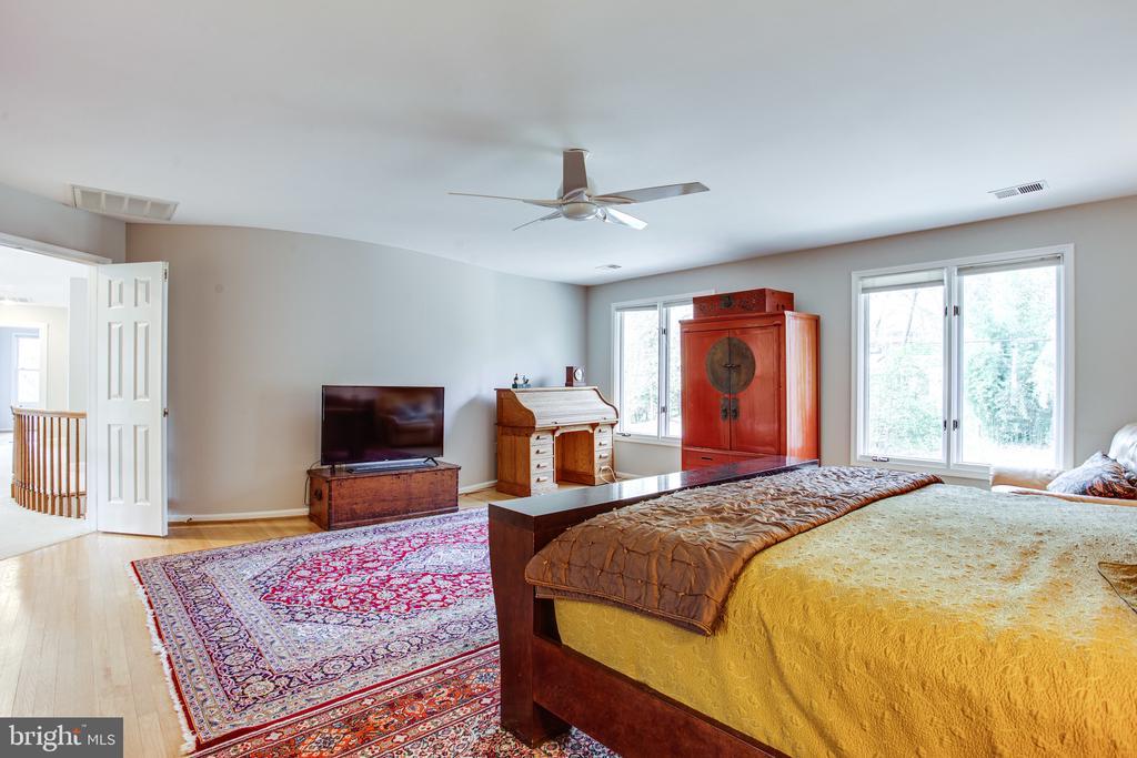 Hardwood floors in all upper level bedrooms - 847 WHANN AVE, MCLEAN