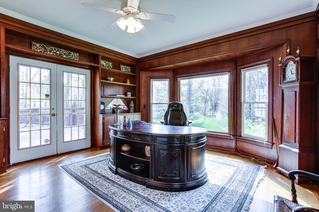 Bay window and wood paneling in the study - 847 WHANN AVE, MCLEAN