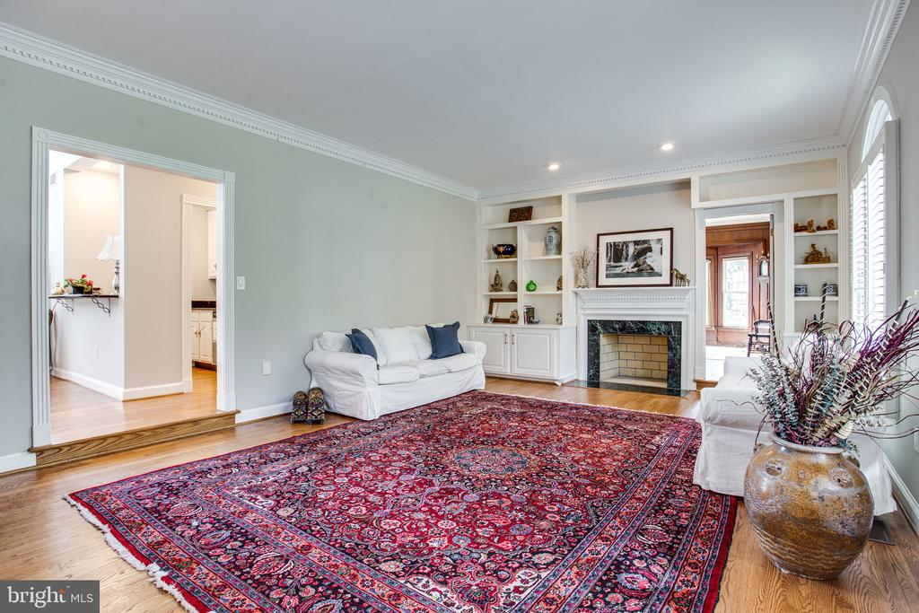 Built-in bookshelves and wood-burning fireplace - 847 WHANN AVE, MCLEAN