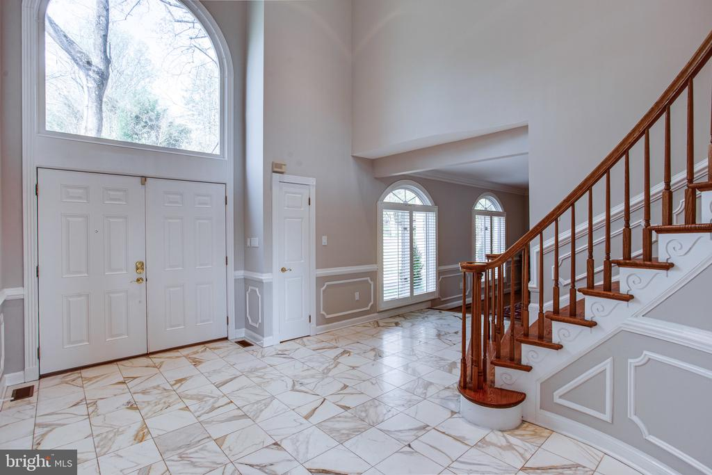 Tw0-story foyer with Palladian window - 847 WHANN AVE, MCLEAN