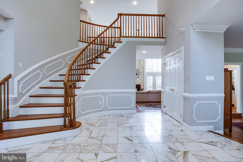 Two-story foyer with curved staircase - 847 WHANN AVE, MCLEAN