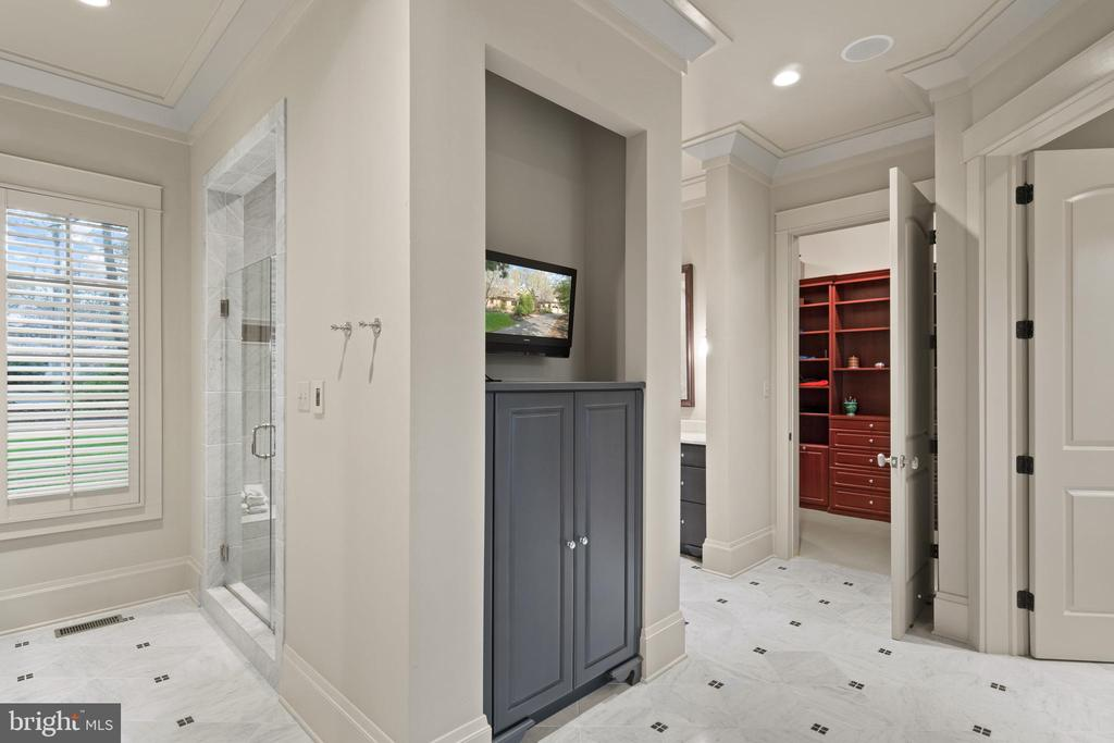 2 vanity area in Owners Bath - 817 MACKALL, MCLEAN