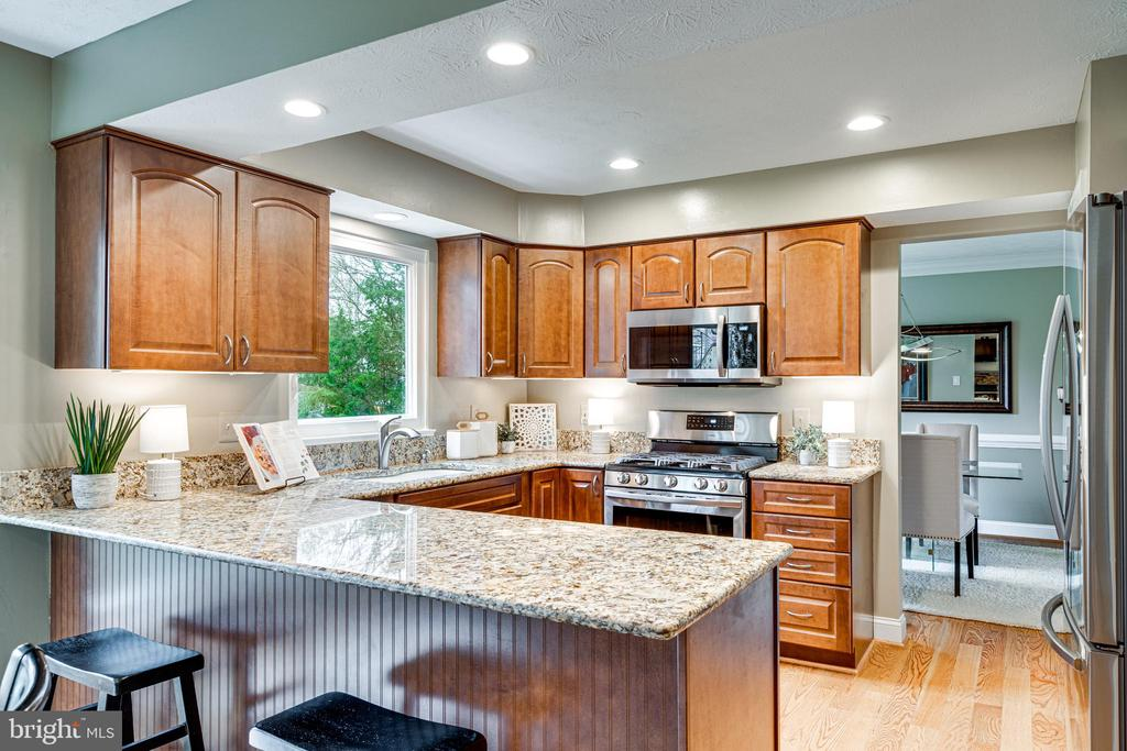 Maple cabinetry & granite counters with b'fast bar - 14721 PICKETS POST RD, CENTREVILLE