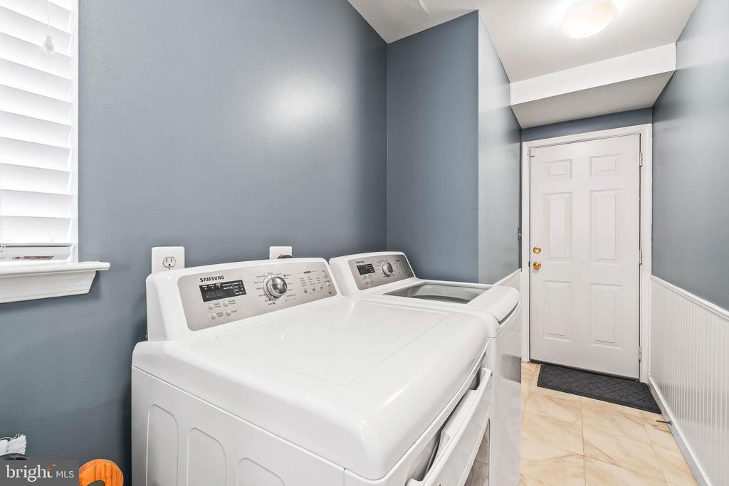 Laundry Room toward Garage - 4170 MCCLOSKEY CT, CHANTILLY