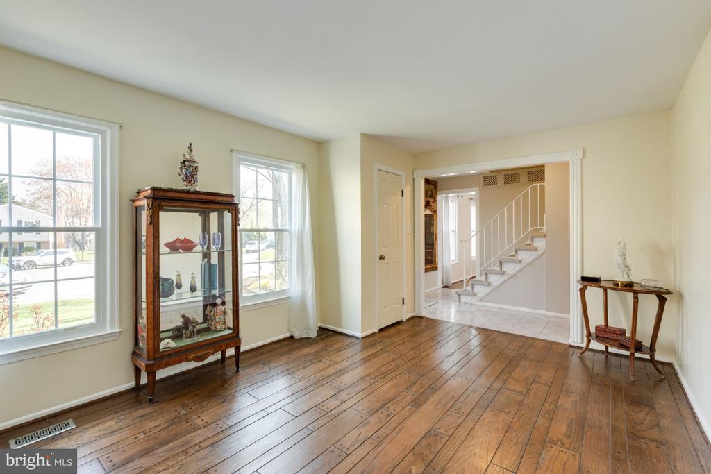 Main living area: Wide-plank hardwood flooring - 10 LODGE PL, ROCKVILLE