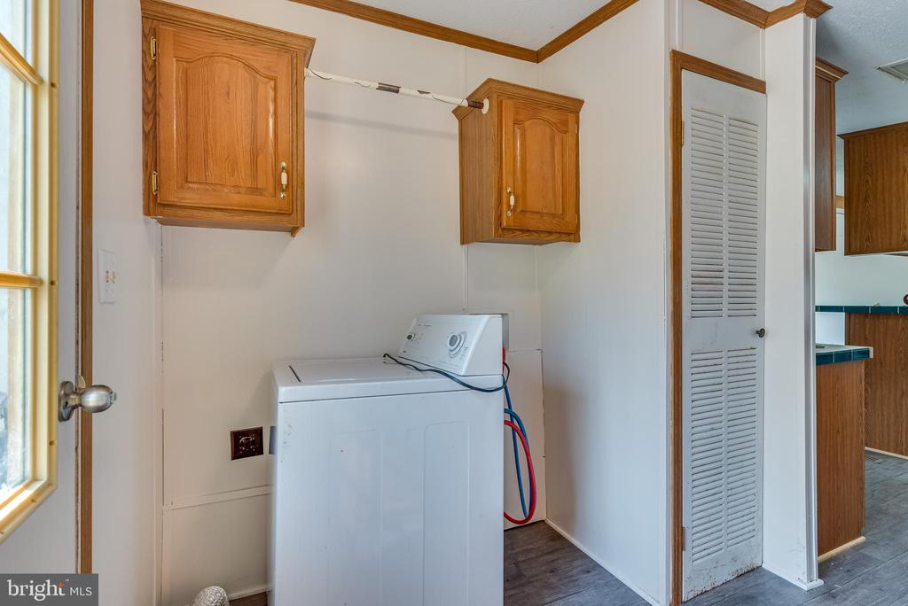 Beyond this is the mudroom w/ laundry - 53 CAMP HILL LN, HARPERS FERRY