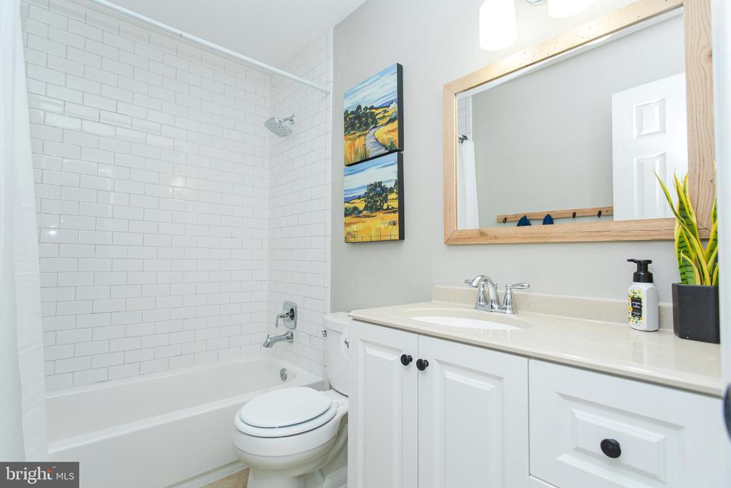 Tile shower and large vanity - 2 SNOW MEADOW LN, STAFFORD