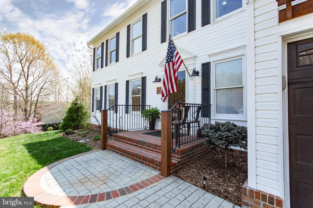 Wide and welcoming front entry - 2 SNOW MEADOW LN, STAFFORD