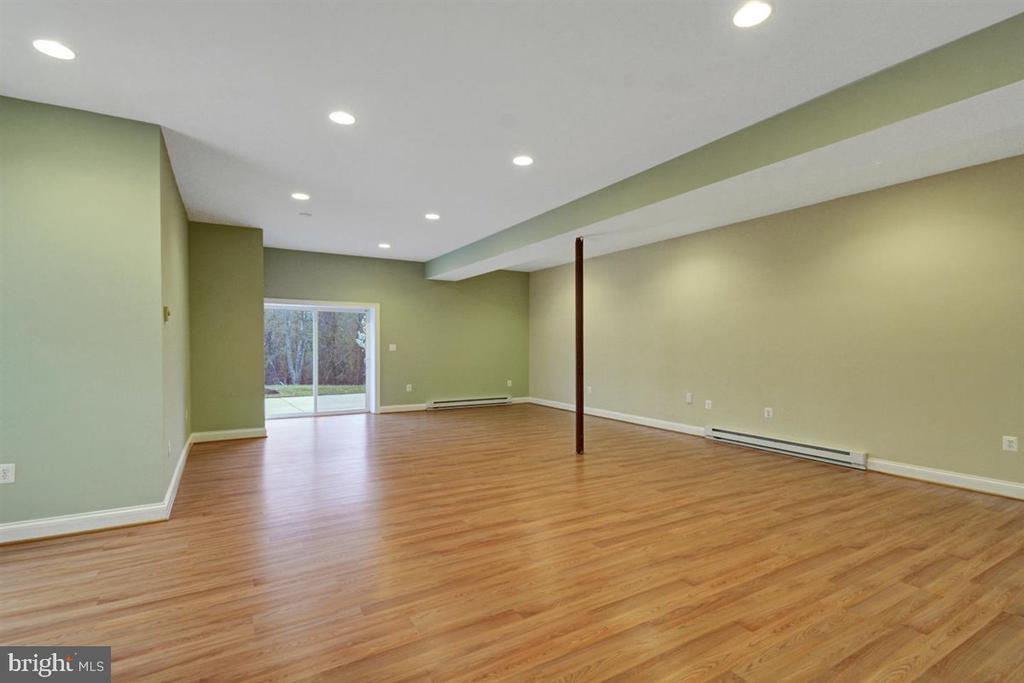 Au pair / Apartment Family Room Walk out to Patio - 14515 SHIRLEY BOHN RD, MOUNT AIRY