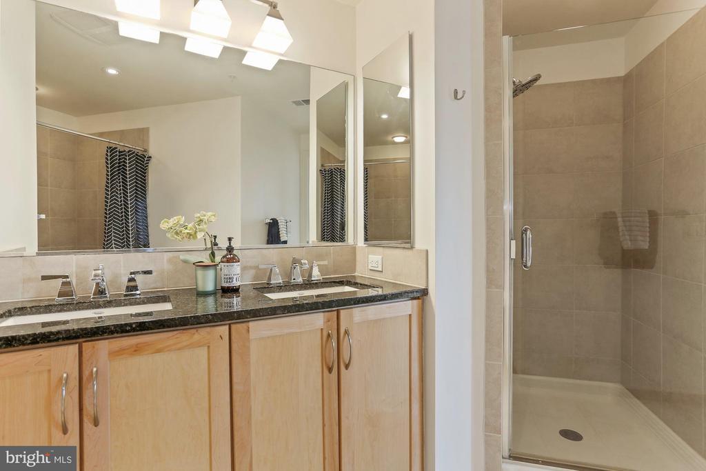 Spacious bathroom double sinks - 888 N QUINCY ST #802, ARLINGTON