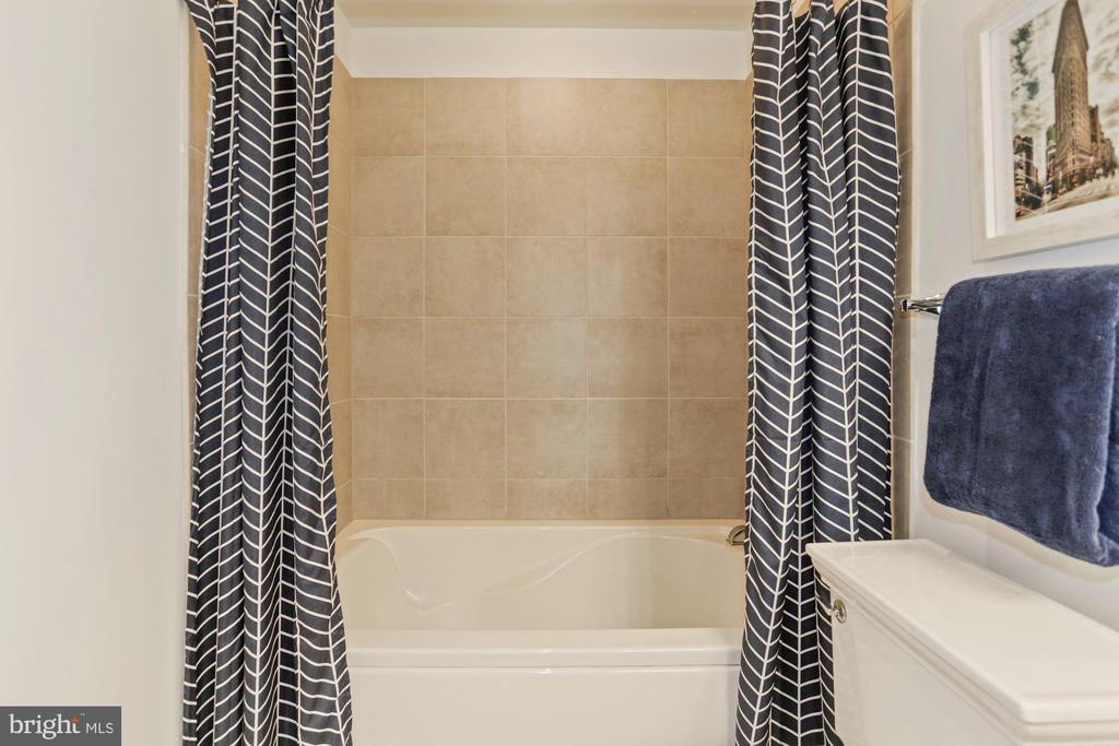 Large soaking tub - 888 N QUINCY ST #802, ARLINGTON