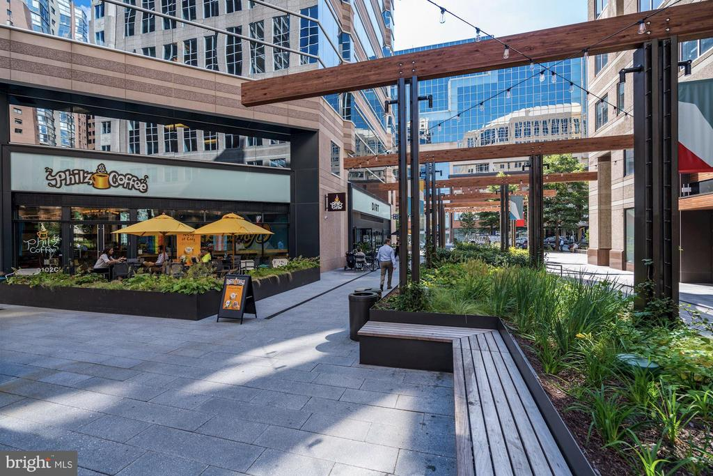 Outdoor living at it's finest - 888 N QUINCY ST #802, ARLINGTON