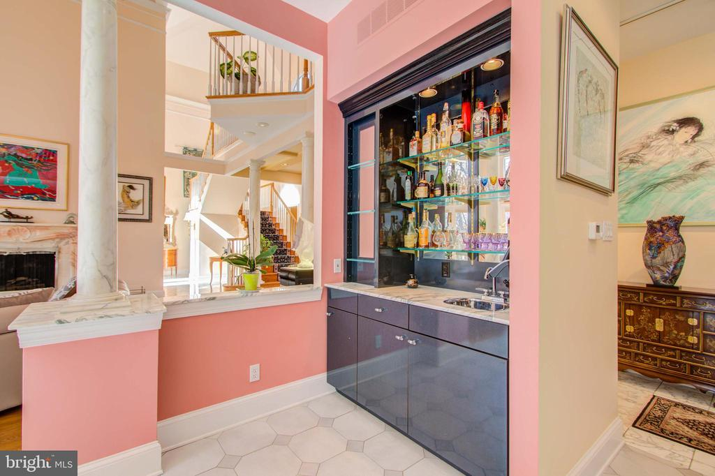 Bar Between Family Room & Kitchen - 220 VIERLING DR, SILVER SPRING