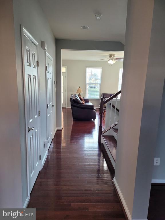 Hallway walking in - 43023 TIPPMAN PL, CHANTILLY