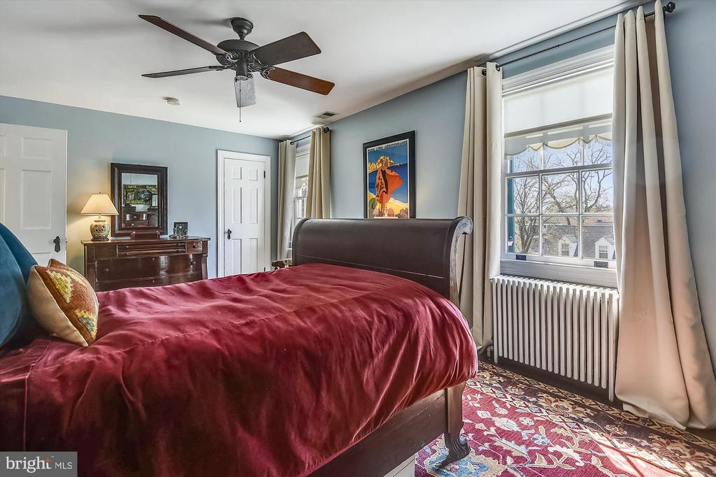 Spacious with sunlight and views! - 301 W GLENDALE AVE, ALEXANDRIA