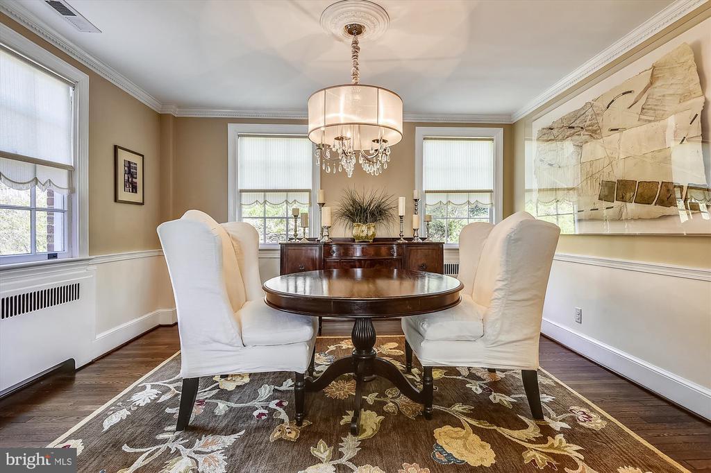 Bright formal dining room w elegant dental molding - 301 W GLENDALE AVE, ALEXANDRIA