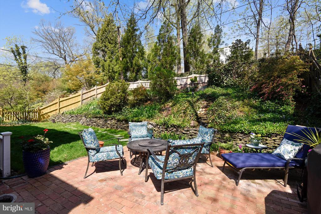Picturesque and private backyard - 301 W GLENDALE AVE, ALEXANDRIA
