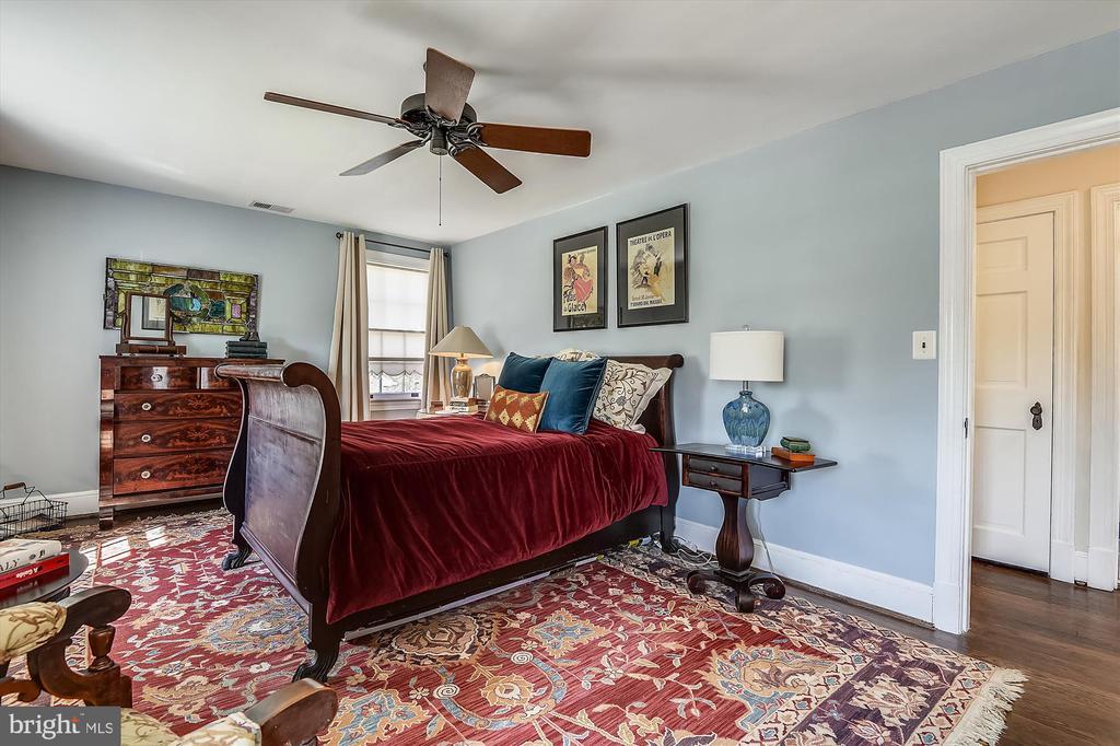 Retire upstairs to the primary bedroom - 301 W GLENDALE AVE, ALEXANDRIA