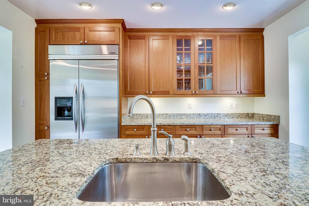 Kitchen island sink, perfect for meal prep - 7945 BOLLING DR, ALEXANDRIA