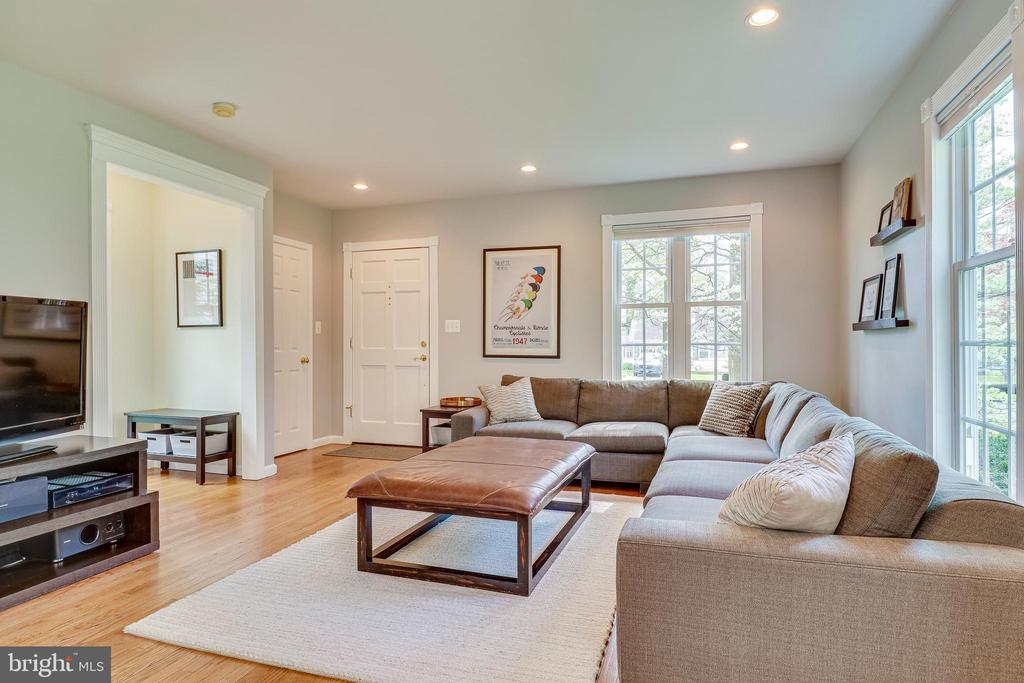 Invinting living room - 7945 BOLLING DR, ALEXANDRIA